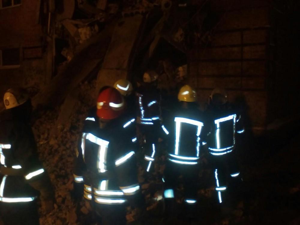 Из-под завалов взорвавшегося дома вЧернигове cотрудники экстренных служб извлекли подростка